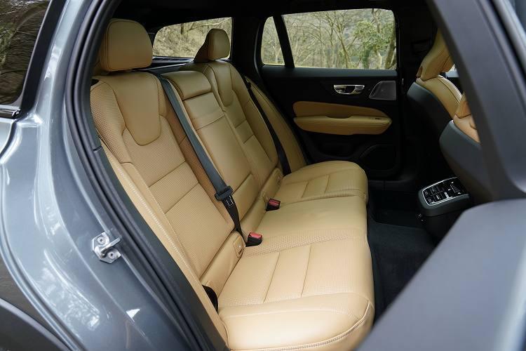 ボルボの新型クロスオーバーモデルの後部座席