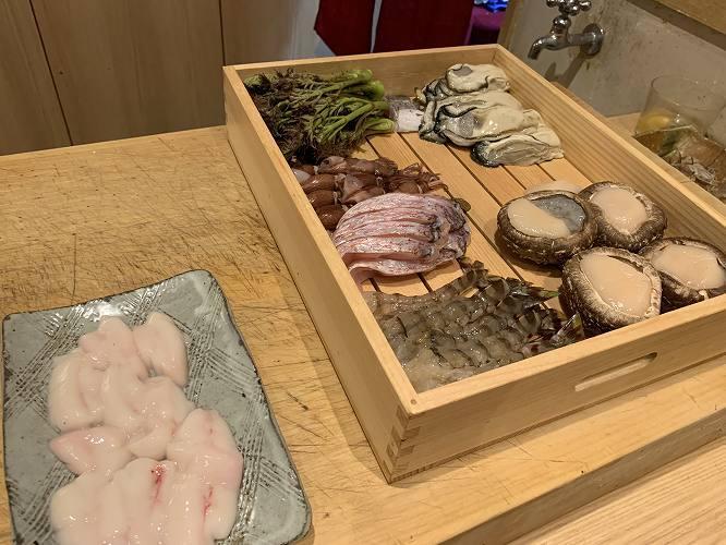 天ぷらのタネが並ぶ。左手前は鯛の白子