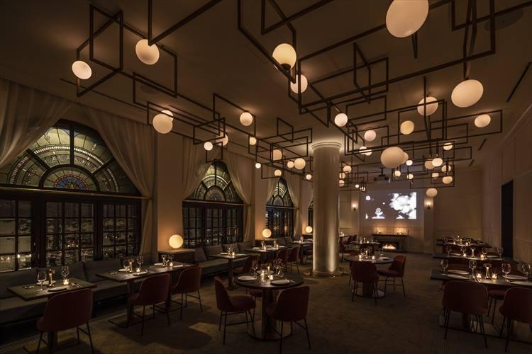 幻想的に見えるレストラン。球形の照明がおもしろい