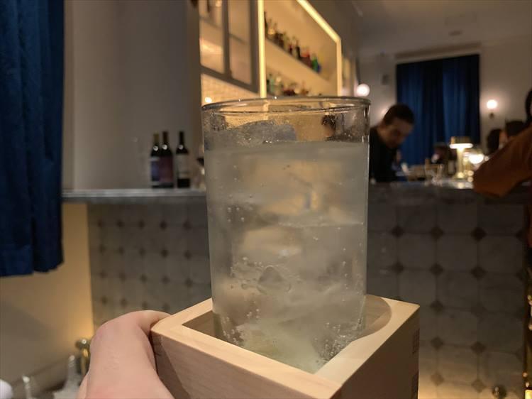 北海道の銘酒を使った日本酒のジントニック。升に入って提供される