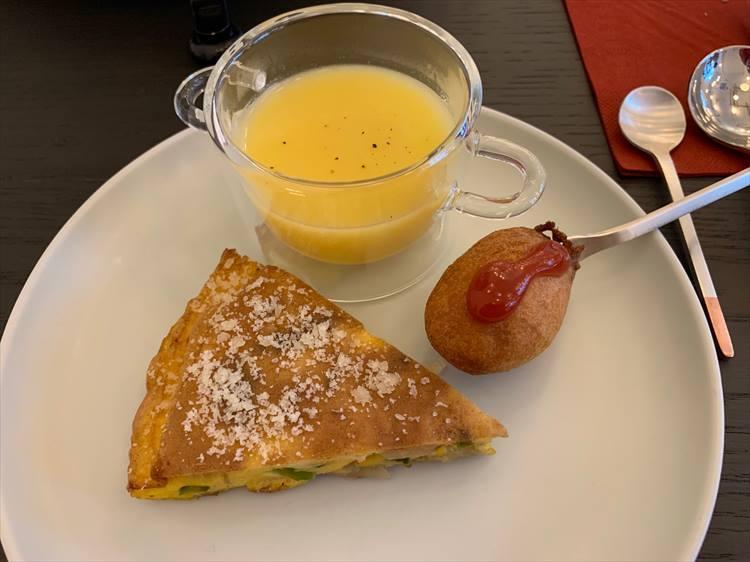 卵料理にスープ、アメリカンドッグの一段目