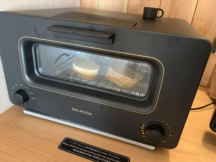 部屋に備え付けてあるのがバルミューダのトースターとは上等