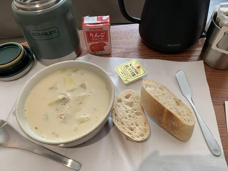石狩チャウダーはミルクと味噌味。お腹をじんわり温める