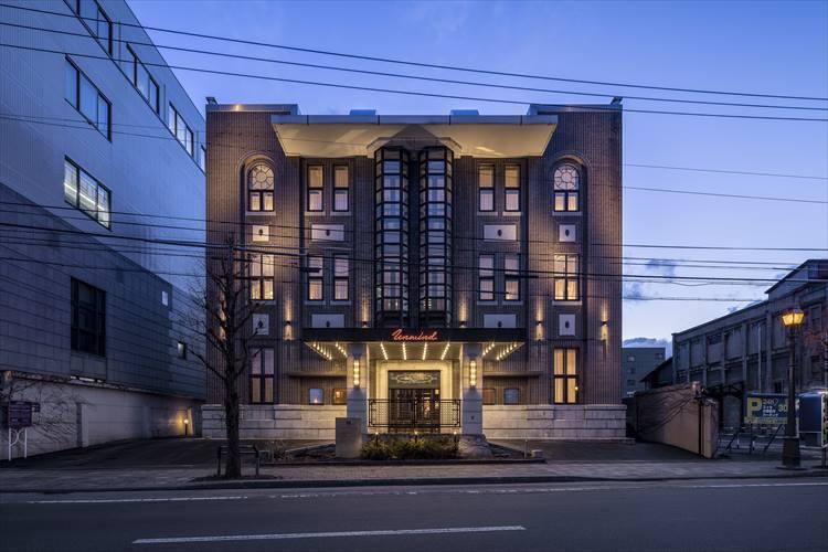 夜のホテルはライトアップされ、荘厳な佇まいに