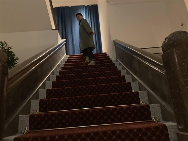 メインの階段の手すりは建築当時のものだとか