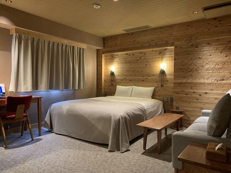 客室は落ち着いたウッディなインテリア。木の壁がいい味わいをだしている