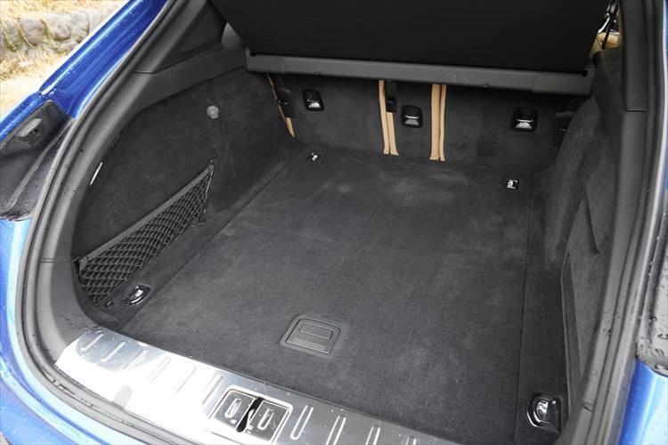 広い荷室もスポーツツーリスモの大きな武器。リアシート使用時が520?、リアシートをすべて倒した際には最大で1390?という荷物を積むことができる。