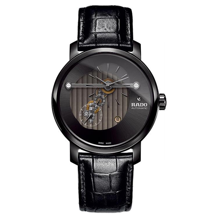 <b>RADO(ラドー)<br />ダイヤマスター ハイライン</b><br />ムーブは文字盤側に主輪列を配置した専用設計。文字盤を大きく開口したことで、時分針と秒針をオフセットした独創的レイアウトのギアトレインがよくわかる。自動巻き。径43mm。ハイテクセラミックスケース。28万5000円(ラドー/スウォッチ グループジャパン)