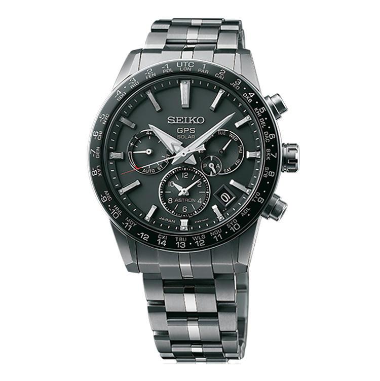 <b>SEIKO(セイコー)<br />アストロン SBXC003</b><br />1969年誕生の世界初クオーツ腕時計の名を受け継ぎ、2012年に世界初GPSソーラー腕時計として新生したシリーズ。多彩な機能を高級感溢れる意匠に封じ込めた。径42.9mm。チタンケース&ブレス。23万円(セイコーウオッチお客様相談室)