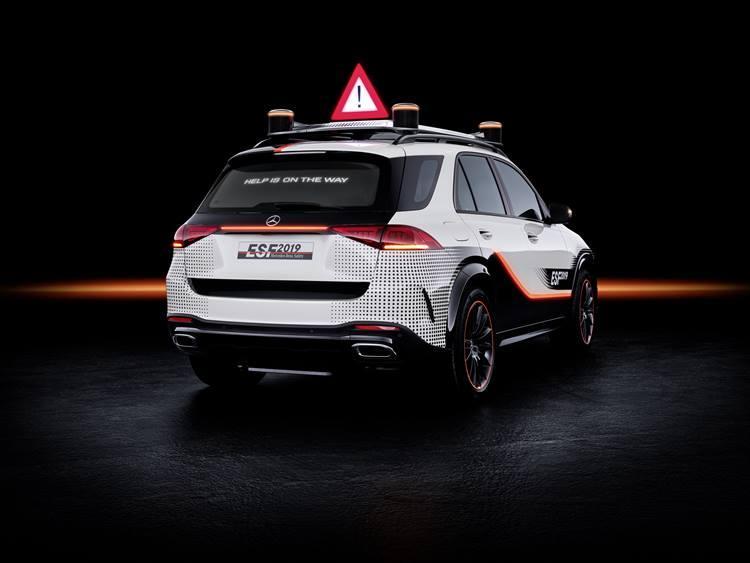 【MERCEDES-BENZ】ESF 2019がユニークなのは万が一の事故の際には、二次的な事故を防ぐために三角停止板がポップアップし、リアガラスに警告メッセージが流れるという点。各メーカー、今までにない様々な機能で自動運転化に向けての準備を進めている。