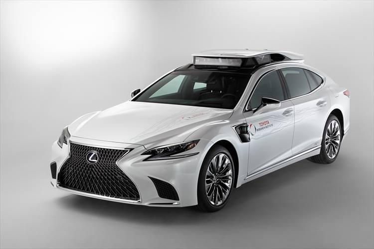 【LEXUS】レクサスも自動運転実験車の「TRI-P4」などを発表し、その技術力をアピール。ハイブリット車の電力をコンピュータに用いて、高い機械学習能力や計算能力を確保。2019年中にはテスト走行も開始されるとアナウンスされている。