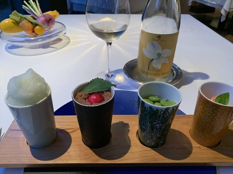 前菜は「自然」と題されたひと皿。どこか星のや東京の浜田統之シェフの名物アミューズ・五つの意思(石)に通じるものを感じた