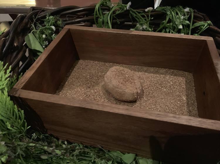 メインをはるのはなんとジャガイモ! ジャガイモと、赤ワインに漬けたパンをパウダーにした2種類の粉をまとって登場