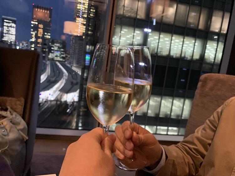 同伴は編集T氏。まずはシャンパンで乾杯!