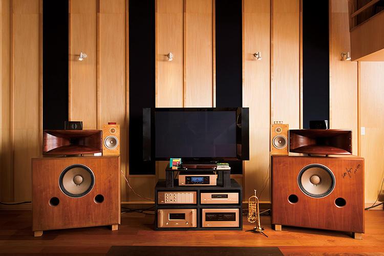 タテマツ音工のスピーカーに、日本の音響メーカー、アキュフェーズのアンプ類。スピーカーには交流のある元ウィーン・フィルハーモニー管弦楽団員のサインが。