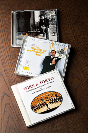 N氏お気に入りのCD。手前は、ウィーンフィルの元トロンボーン奏者カール・ヤイトラー氏が指揮する「ウィーン市トランペットコアー」と国内のプロが集まった「東京トランペットコアー」の共同演奏。