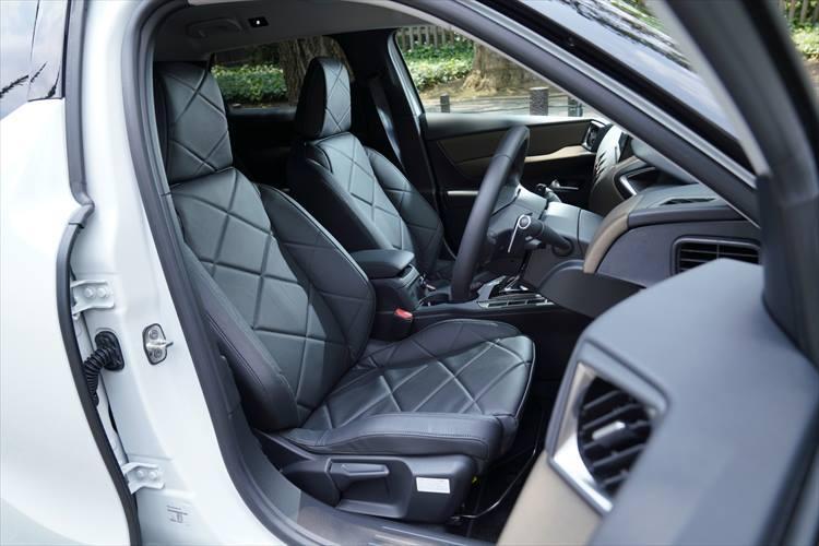 シートの柄もダイヤモンドパターンを採用。コンパクトSUVでは珍しいホールド性の高いスポーツタイプのシートが設定されている。