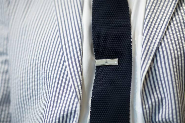 さりげなく、ブランドの象徴であるゴールデンフリースをあしらったタイバー。