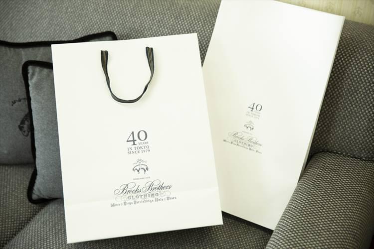 こちらはオープン当時のものをイメージして製作された日本上陸40周年記念のショッパーとシャツ袋。2019年8月1日から各店舗で使われていて、1年間、採用される予定だ。