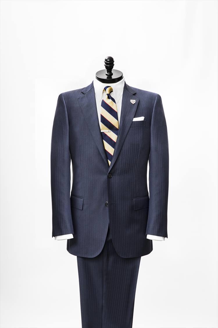 侍ジャパンのオフィシャルスーツ。写真は2019年春夏モデル。シャープでモダンなリージェントフィットを採用し、カノニコの10番手の細糸を使ったヘリンボーン生地を使用している。パーソナルオーダー12万円〜(税抜き)