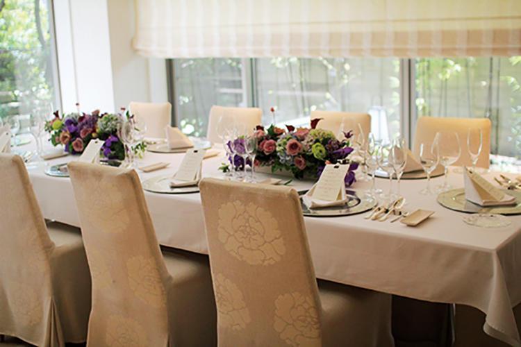 <b>真っ白な空間で還暦のお祝い</b><br />モダンに白で統一した邸宅にて。8品ほどのコース料理すべてにワインをペアリングして提供した。