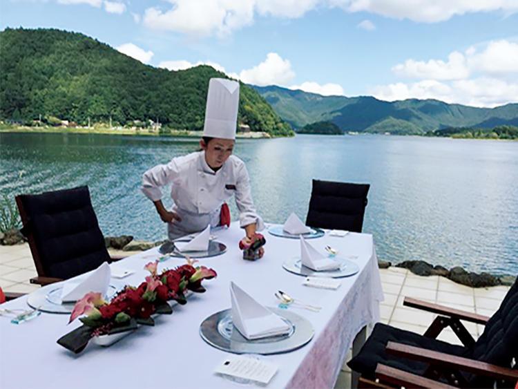 <b>湖畔の別荘でフレンチコース</b><br />湖に隣接する美術館のような別荘にて10名ほどの食事会が開かれ、テラスで料理を振る舞った。