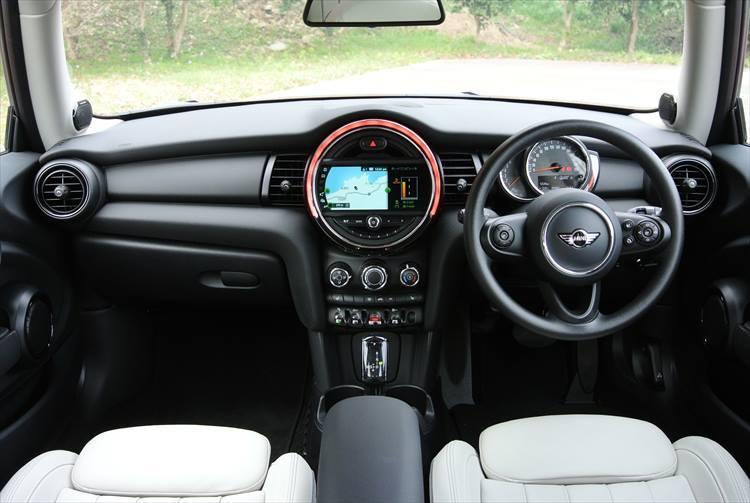 キープコンセプトでデザインされているのはインテリアも同様。BMWブランドとはまったく異なる、ミニらしさの追求が常に続けられている。