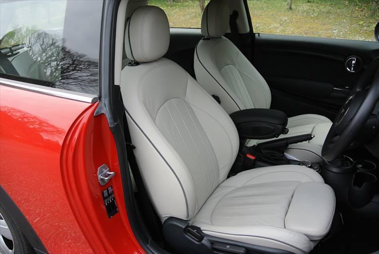 全幅1725mmと小柄なため、左右シートの距離はやや近め。シートはキビキビした走りに合うようにややサポート性の高い仕様となっている。後席は2名乗車用となる。