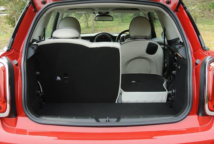 トランク容量は211?とかなり小さい目。大きな荷物を積む場合は写真のように後席を倒して使用する。大人2名の旅ならちょうどよいサイズ感だろう。