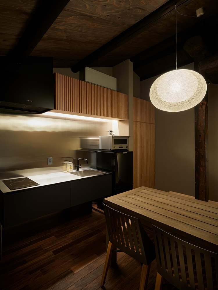 キッチンの隣にはダイニングテーブルが用意されていて、自分たちで食事を楽しめる。ⒸNakasa&Partners