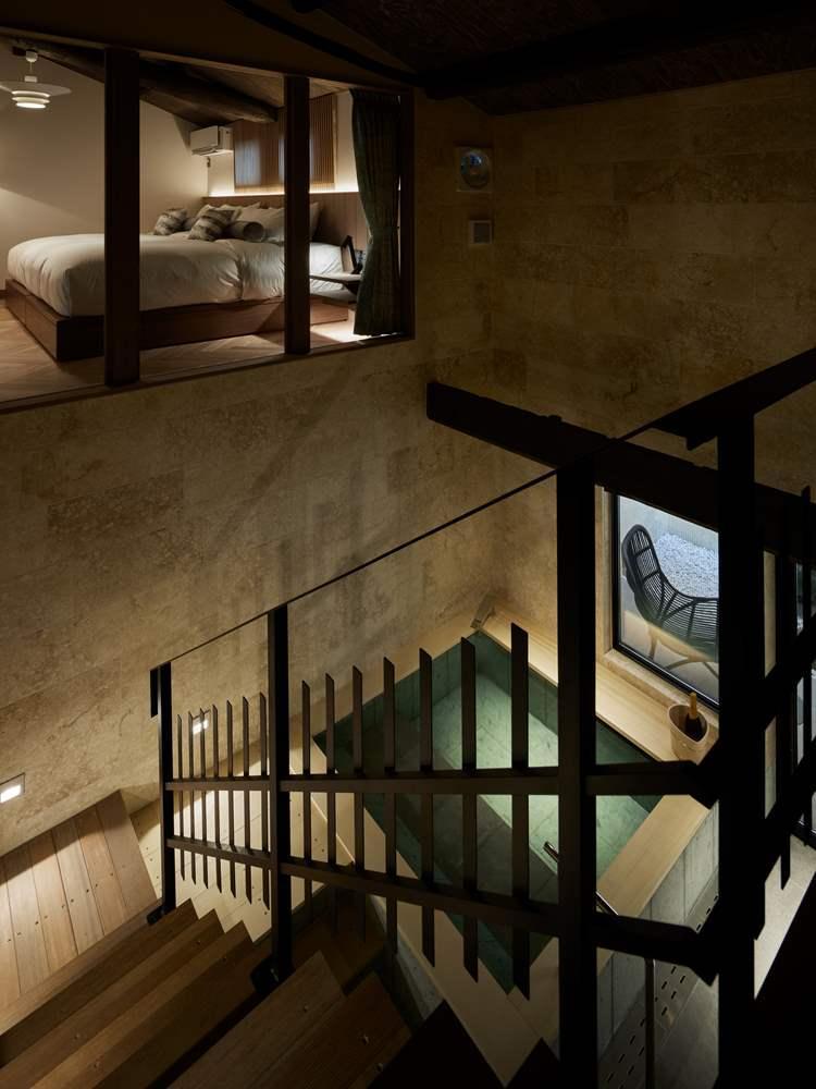 御所東弐の一番の見せ場といってもいいのが、吹き抜けになった浴室と、階段から見えるベッドルーム。ⒸNakasa&Partners