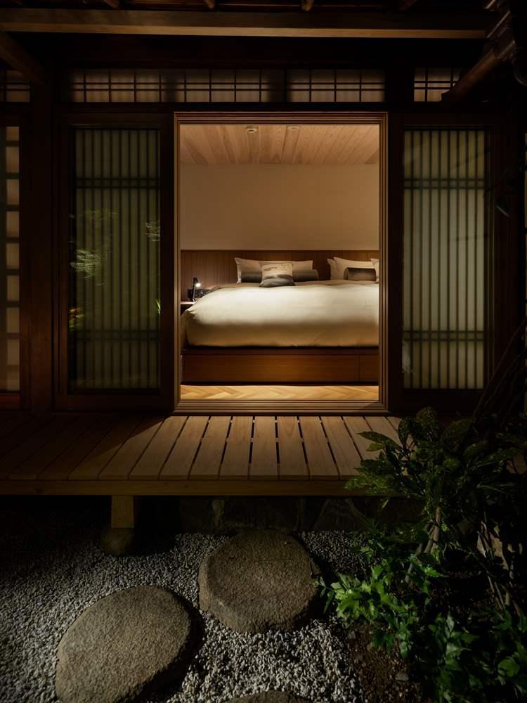 シーリー社に特注したフカフカのハリウッドツインベッド。寝室から表の庭も眺められる。ⒸNakasa&Partners