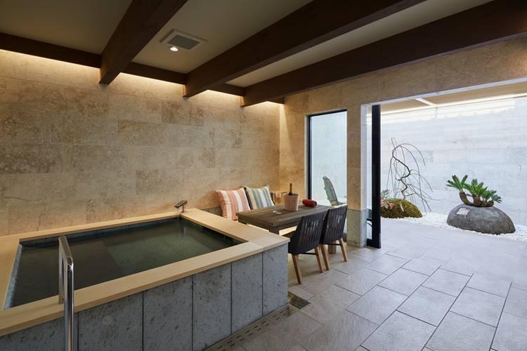 浴室はオープンスペースと通じているほか、テーブル、チェアがあるのでプールのように使うのも悪くない。ⒸNakasa&Partners
