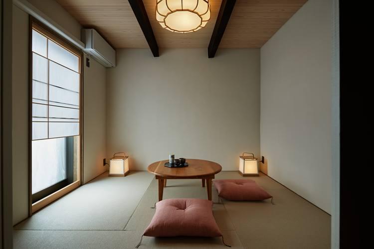 窓越しに庭が眺められる和室。4名宿泊の場合は、ベッドルームに加え、こちらに布団を敷いて利用する。ⒸNakasa&Partners