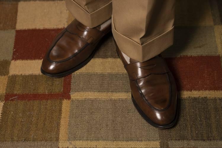 ロイドフットウェアのオーダーメイド。いたってオーソドックスな裾幅とパンツ丈、ソックス着用が大人の品格を感じさせる。