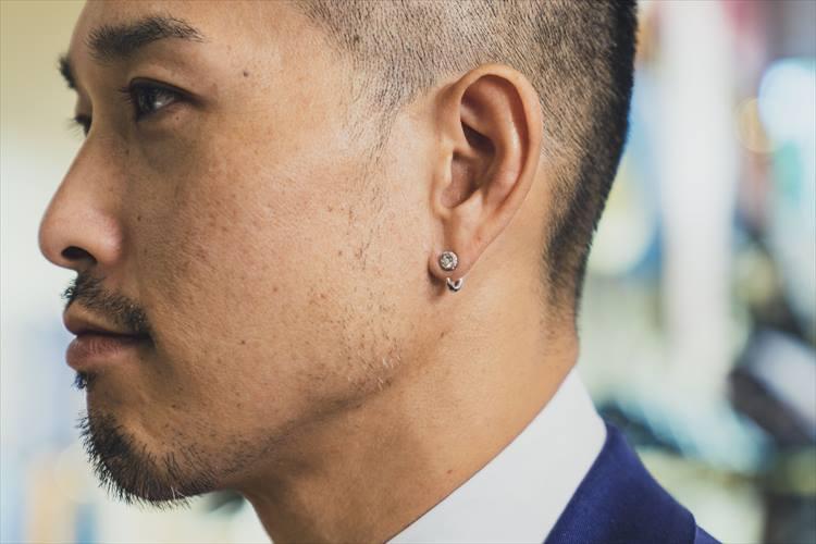 大崎さんのトレードマークのようなピアス。この日は日本のジュエリーブランド「ハム」のプラチナのものを着用。スーツ姿にキラリと光るピアスが個性を感じさせるカギだ。