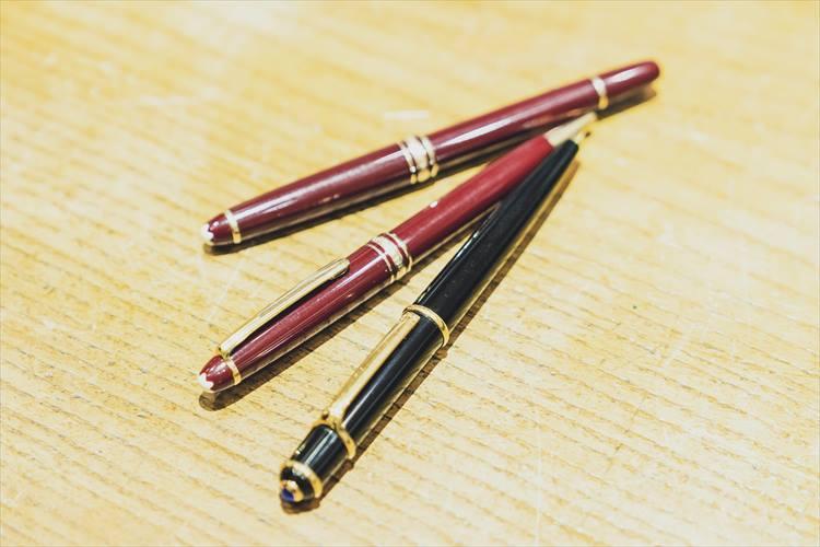 「モンブランの赤茶が好き」と語る大崎さん。上の2本はボールペン、万年筆で、ともにモンブランだ。下の黒いペンは普段使うことが多いカルティエ。