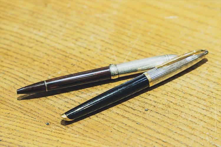 お好きだという古いペンをたくさん拝見した。上のグッチはローズウッドのボディにシルバーのキャップの組み合わせがエレガントだ。下は形状に特徴があるというウォーターマン。