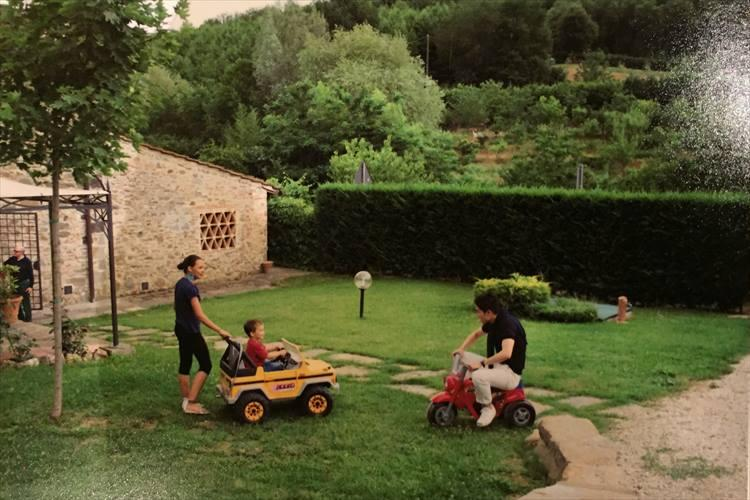 アントニオ・リヴェラーノさんのご自宅にて。一緒に移っているのはリヴェラーノさんのお嬢様親子だ。撮影は「アーモリー」のオーナー、マーク・チョーさん。