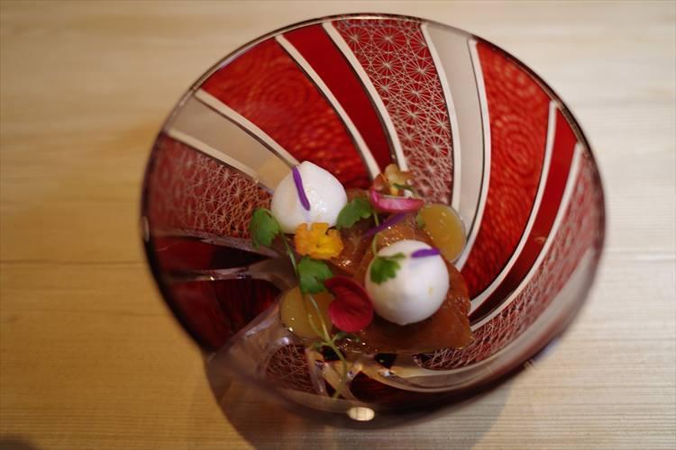 <strong>江戸時代</strong></br>提灯から出てきたのは大徳寺納豆などの旨味でマリネしたあん肝に柚子のメレンゲを合わせた皿。「まさに、チョウチンアンコウでしょう」と、浜田氏。