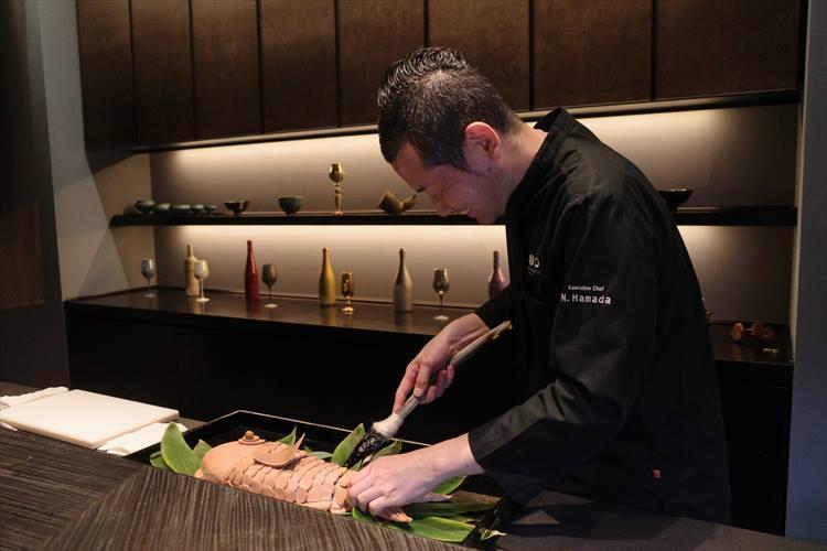 <strong>古墳時代</strong></br>提供する際のデクパージュは、縄文時代に使われていた道具をイメージし、浜田氏自ら手作りした黒曜石のナイフで。