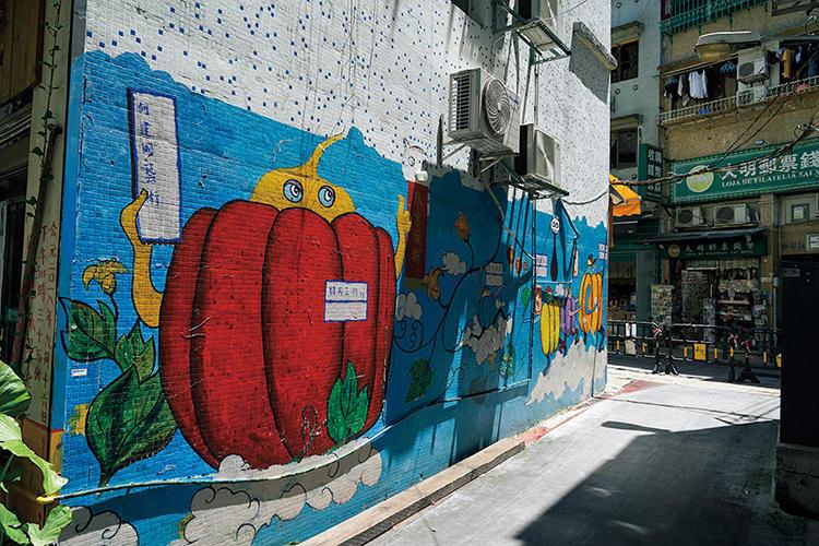 タイパで見つけた色鮮やかなウォールアート。