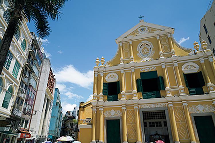 カラフルなバロック様式のファサードが目を引く「聖ドミニコ教会」