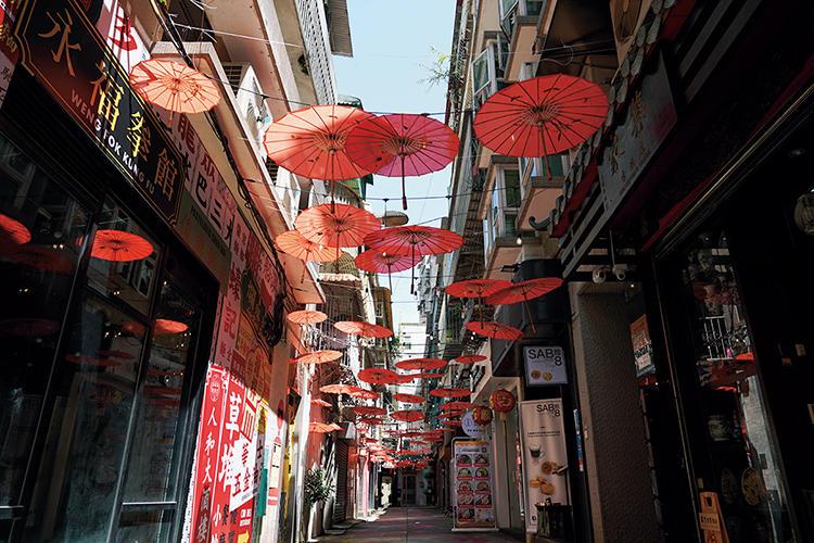セナド広場近くの路地で見つけたのは、頭上を覆いつくす中国傘のインスタレーション。