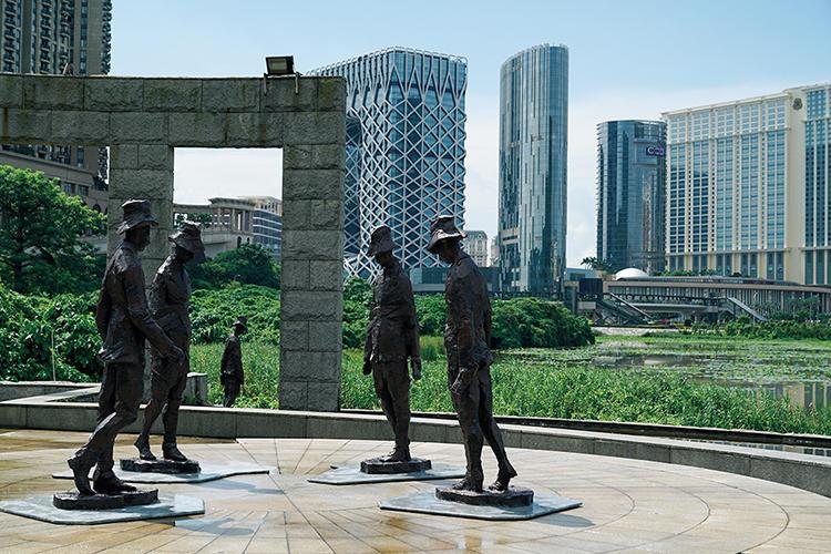 タイパ市政公園では地元の芸術家、黄 家龍氏がポルトガル人の著名詩人、フェルナンド・ペソアの視点で彫刻した像が踊る。