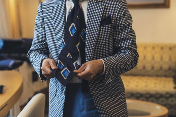 裏地のない5つ折りタイを着用していた鈴木さん
