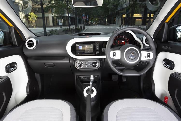 仏車らしく、個性的でいて実用性も高いインテリアデザイン。必要最低限のスイッチ類がトゥインゴ、そしてルノーらしい特徴。