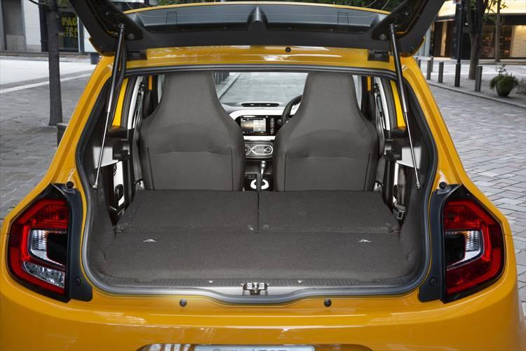 小柄ゆえに174?とやや小さめのラゲージルームだが、シートを倒せばかなりの荷物を積むこともできる。