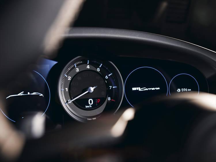 中央のみアナログメーターで、その他はデジタルディスプレイに置き換わったコックピット。車両情報や安全支援装備の情報なども映すことができる。