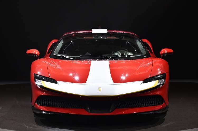 コーナリングを高速で駆け抜けるために重要なダウンフォースは、250km/hで390kgを獲得することに成功している。これは、フェラーリのエアロダイナミクス部門とデザイン部門が綿密にデザインした結果。
